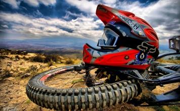 casco rojo sobre rueda