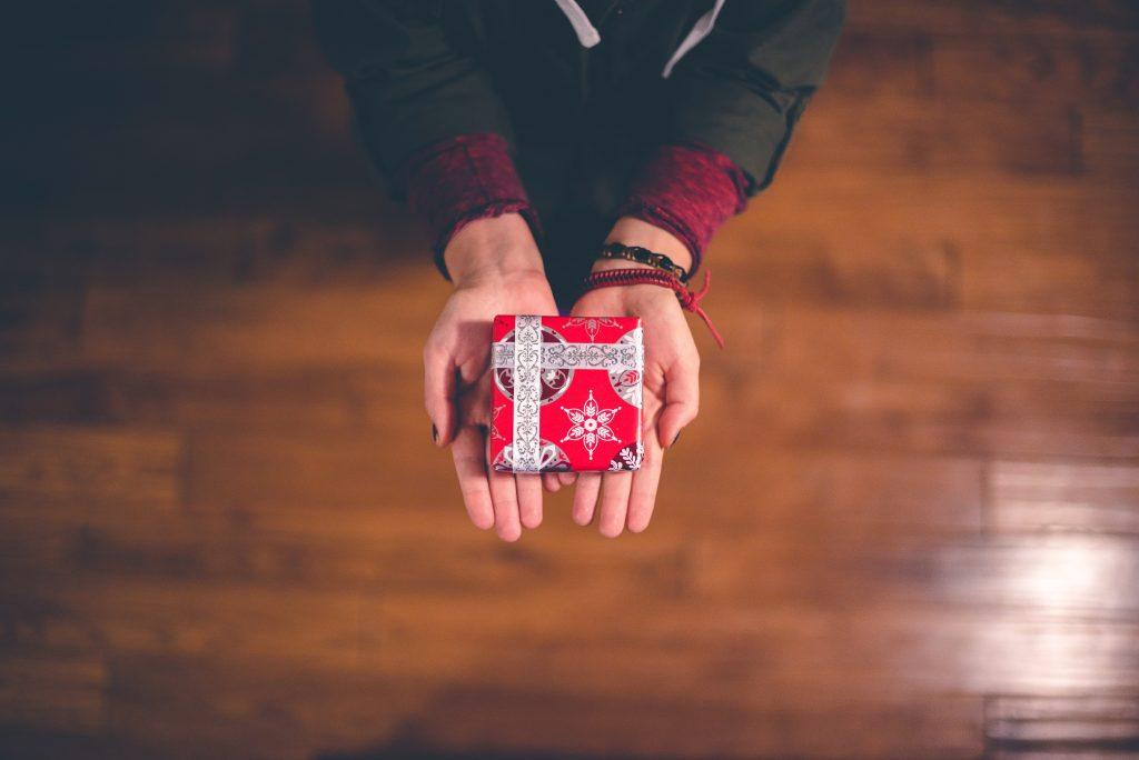 dar-regalo-rojo-social-media