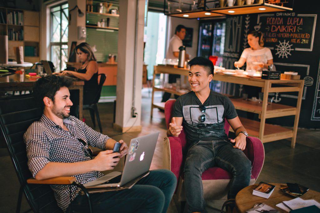 hombres-sentados-hablando-en-restaurant-con-laptop