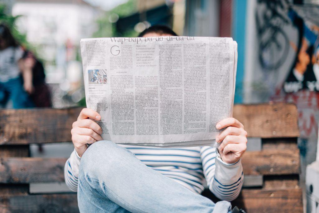 hombre-leyendo-periódico-en-banco