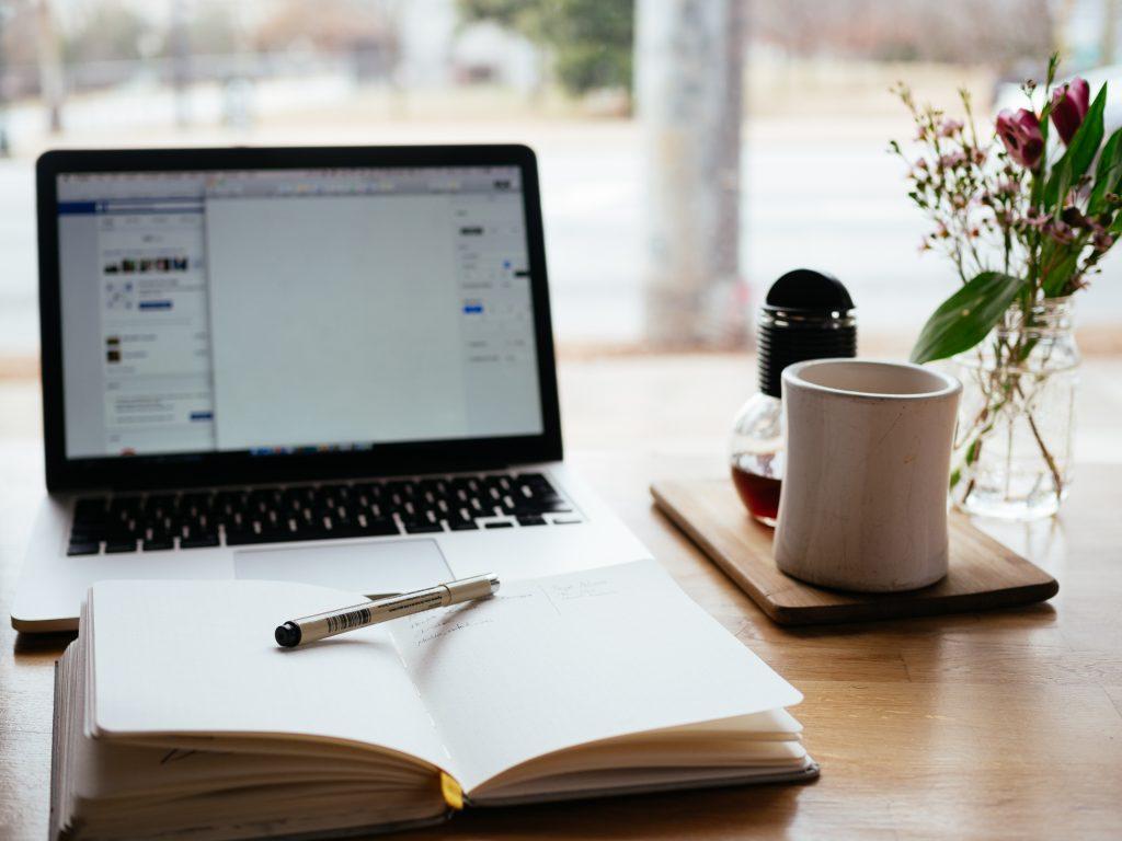 compuradora-sobre-escritorio-con-libro