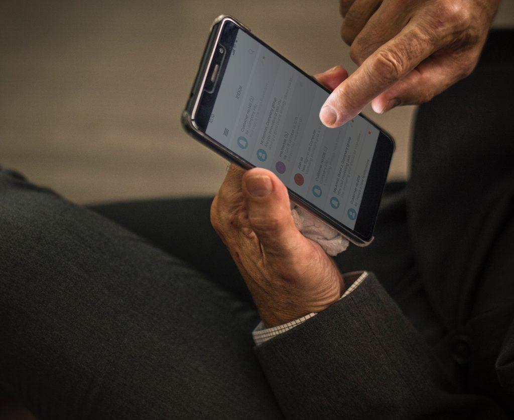 hombre-usando-email-en-smartphone