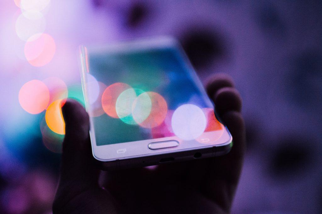 persona-sostiene-celular-con-tecnologia-5g