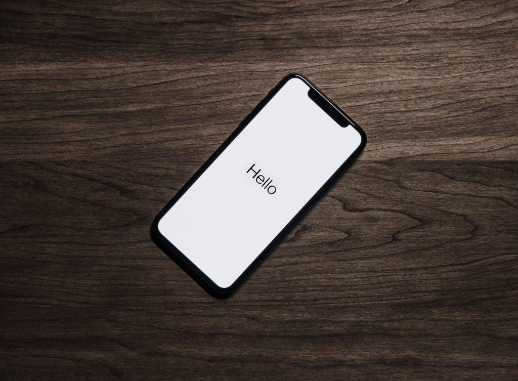 smartphone-sobre-mesa-dependencia-hacia-smartphone