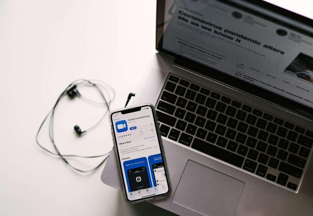 laptop-con-telefono-y-app-de-zoom