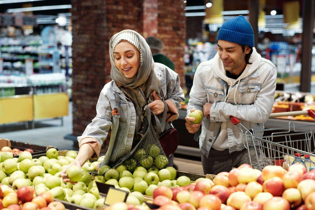 pareja-haciendo-compras-en-el-super-mercado