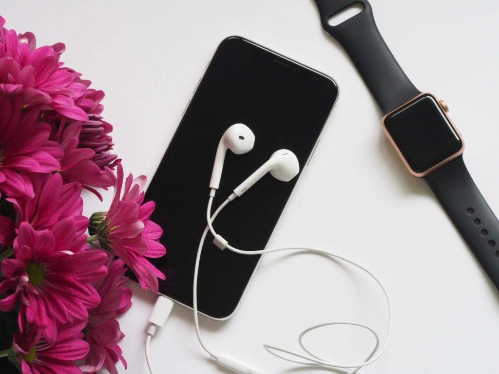 reloj-apple-en-mesa-con-iphone