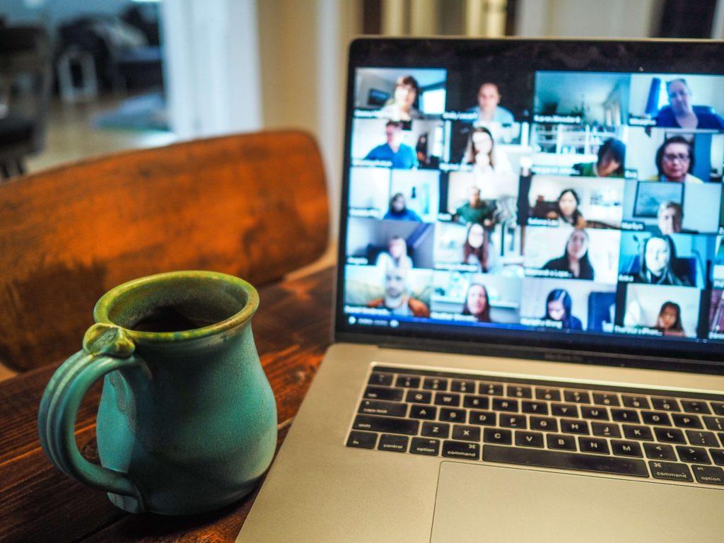 reunion-de-varias-personas-en-zoom-con-cafe