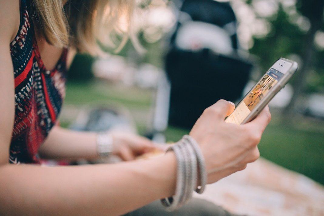 Mujer usa smartphone