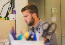 hombre-concentrado-en-computador