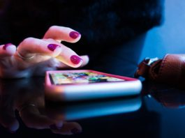 chica-usando-aplicaciones-desde-su-smartphone