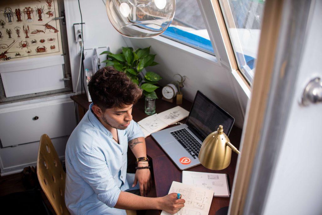 trabajar-desde-casa-hombre-usando-laptop-en-escritorio