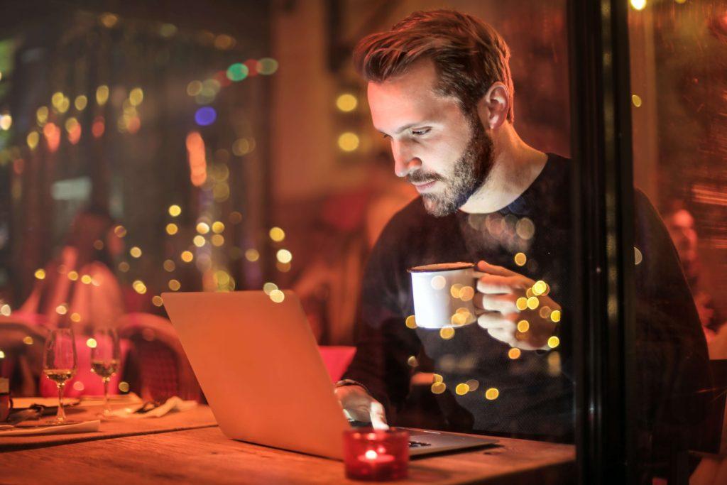 hombre-usando-laptop