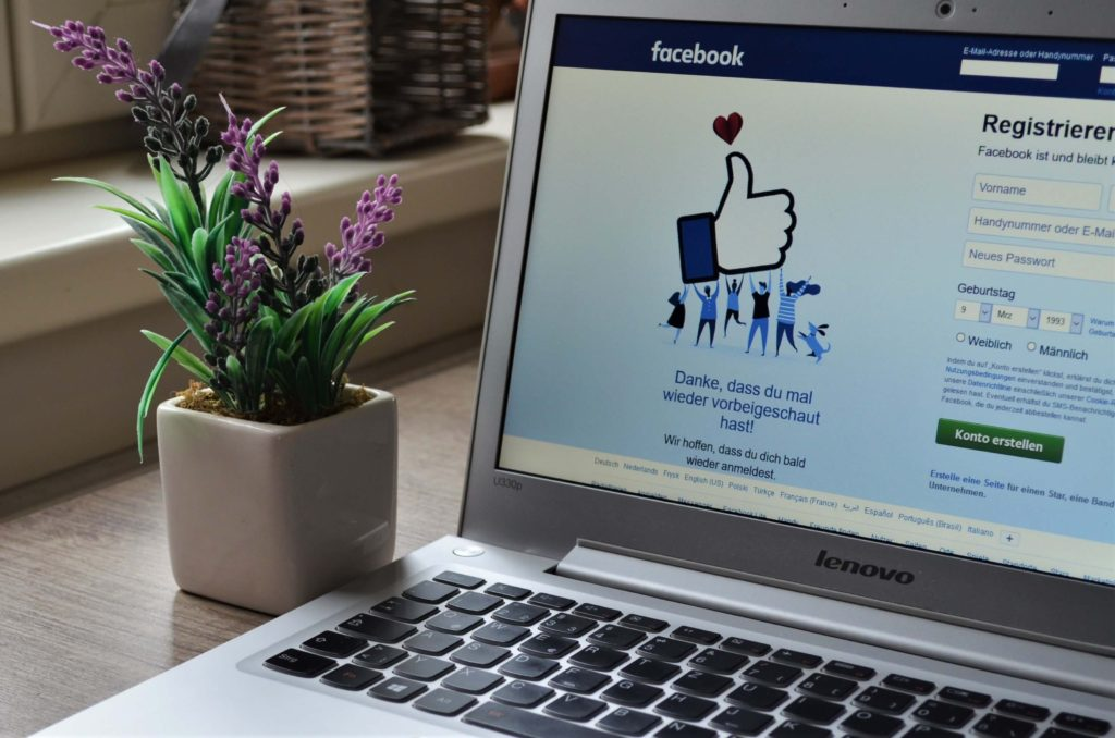 laptop-con-facebook-y-flores