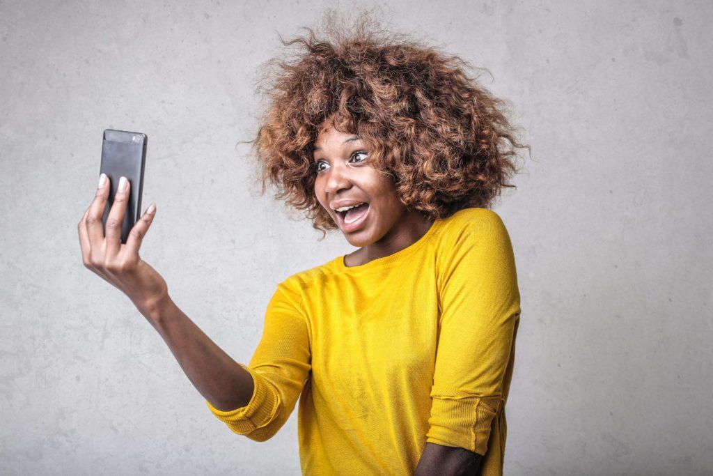 mujer-asombrada-sosteniendo-telefono