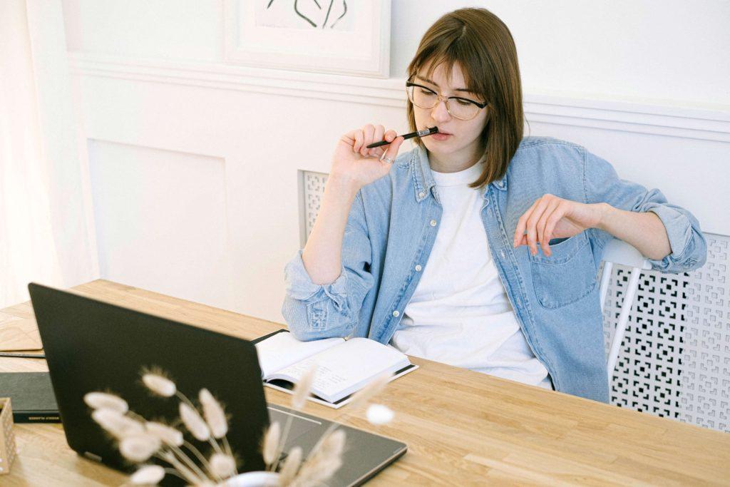 mujer-sentada-frente-a-su-laptop