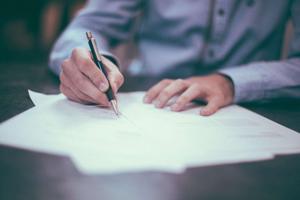 persona-escribiendo-en-papel