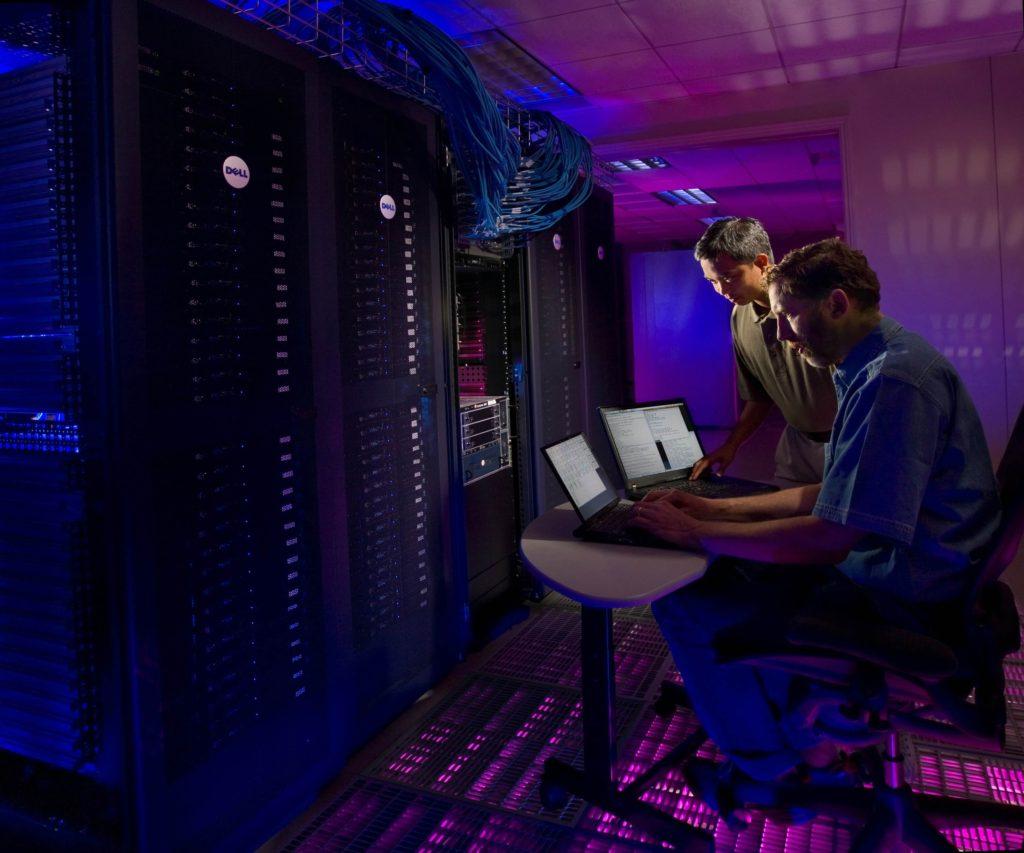 hombres-trabajando-en-laptops-con-servidores