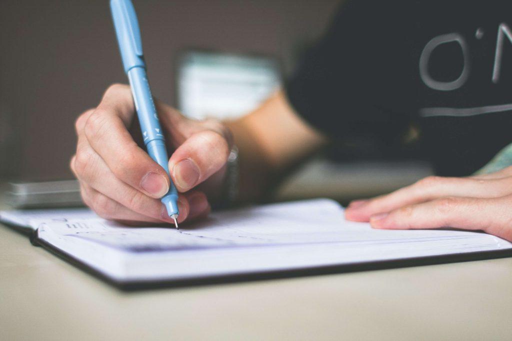 persona-usando-un-cuaderno