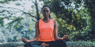 mujer-meditando-en-parque