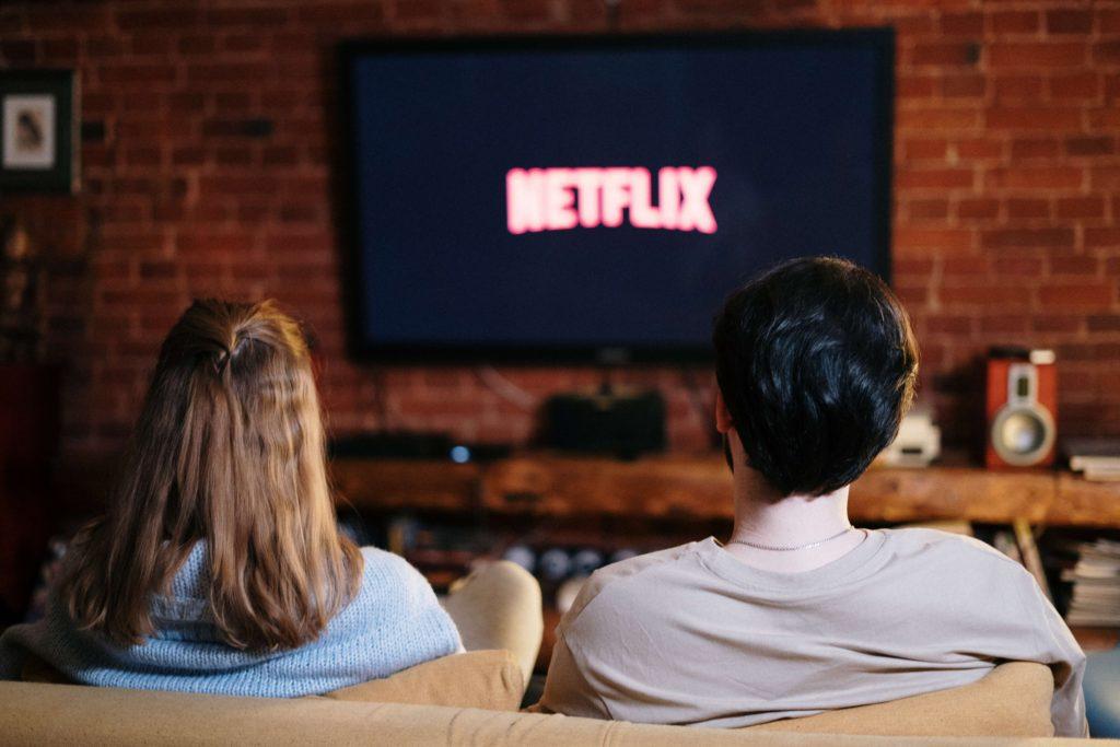 pareja-viendo-netflix-como-elegir-el-mejor-smarttv