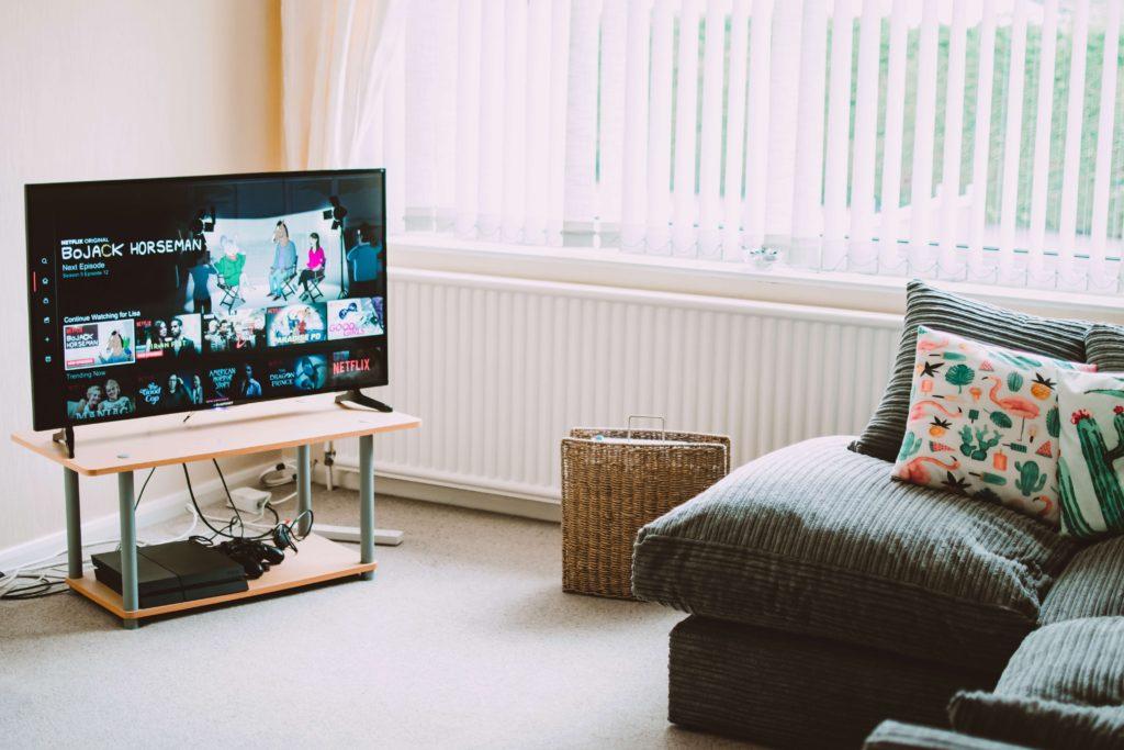 sala-con-mueble-y-televisor-inteligente