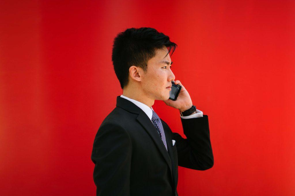 el-mejor-plan-de-telefonía-para-pequeñas-empresas-hombre-con-telefono