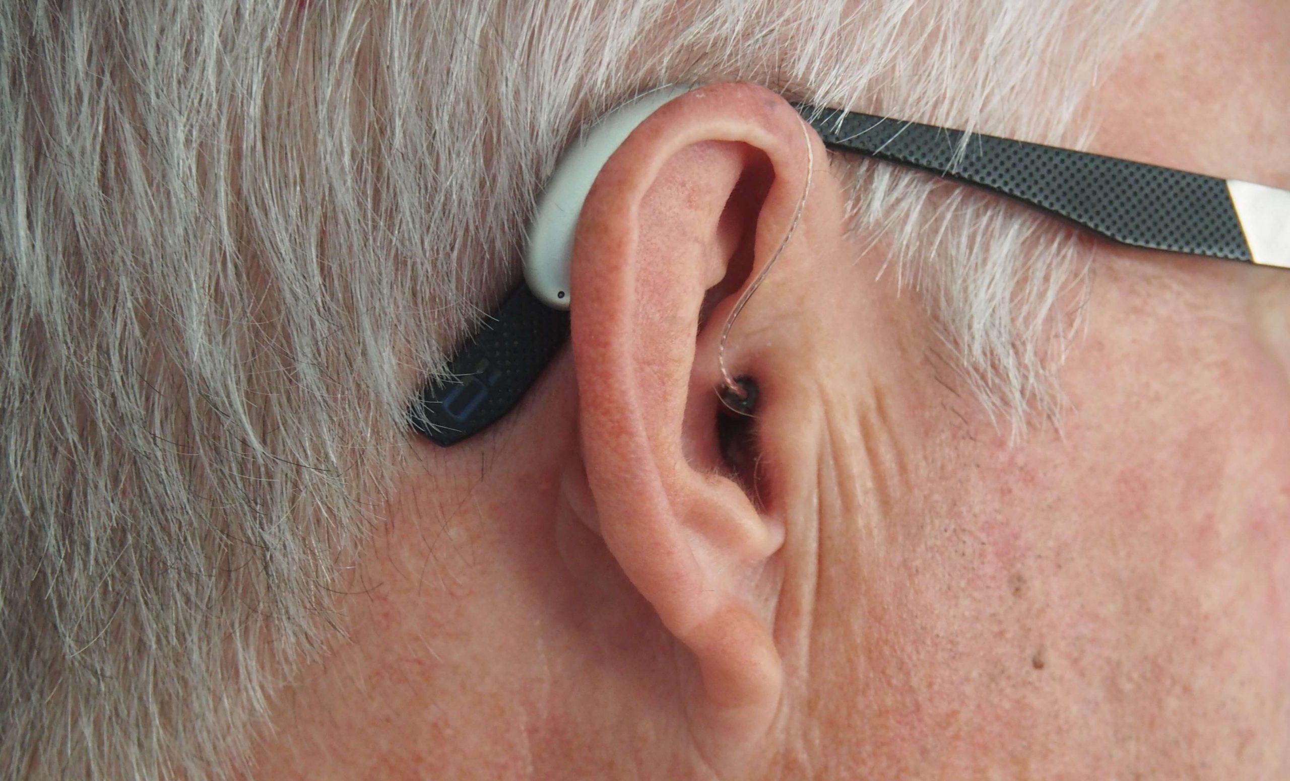 hombre-usando-audifonos